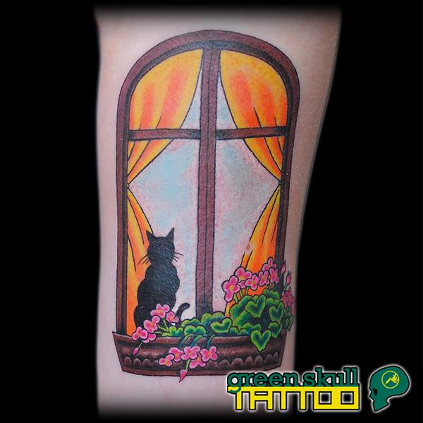 tattoo-tetovalas-szines-macska-ablak-viragok.jpg